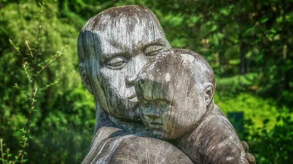 father and kid statue