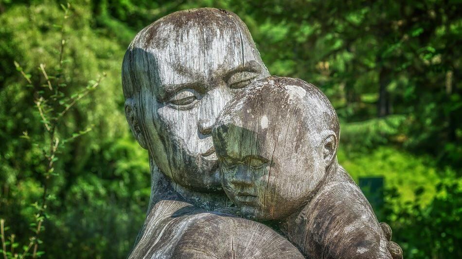 statue d'un père et son enfant