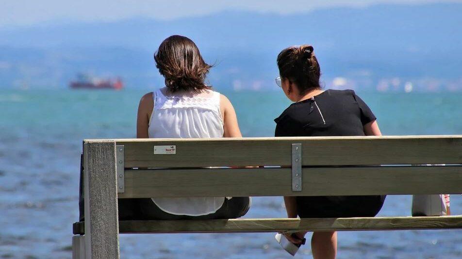 deux femmes sur un banc