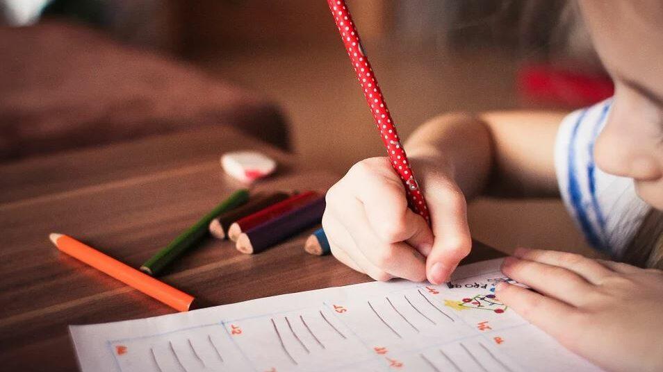 une enfant qui écrit