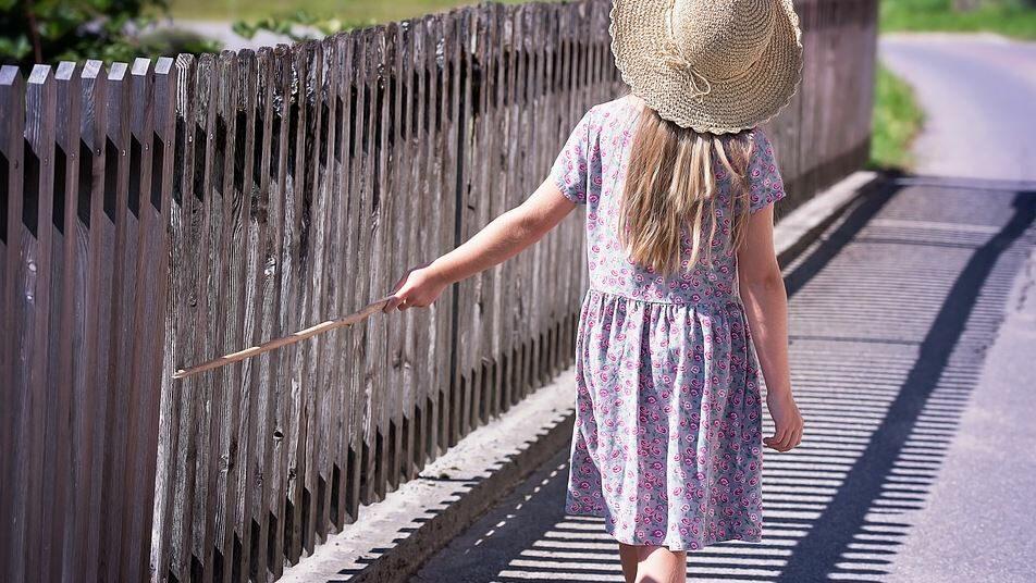 une enfant qui marche