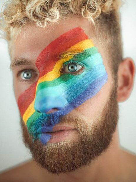drapeau LGBT paint sur un visage