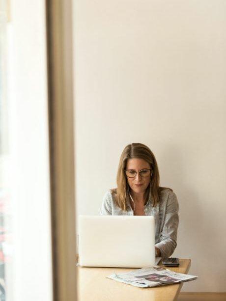 une femme face à un ordinateur