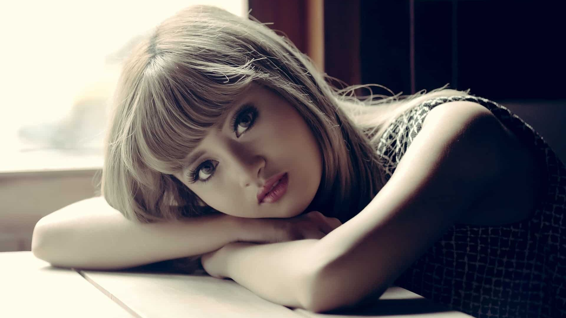 Jeune femme pensive