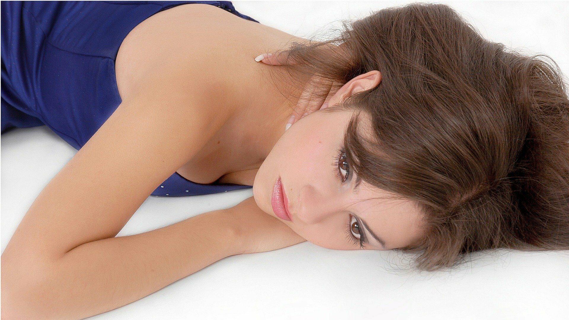 femme qui pense sur un lit